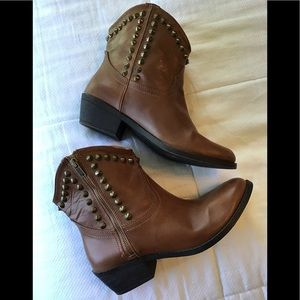 ROCK & REPUBLIC Billie COGNAC STUDDED BOOTS